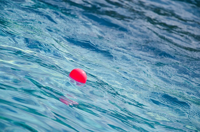 červený míček ve vodě
