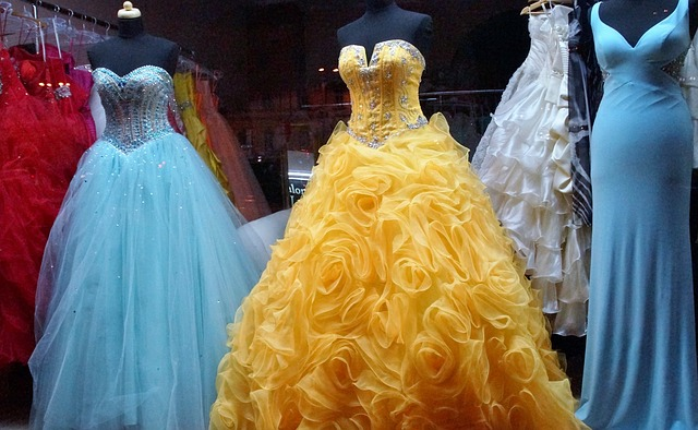 vystavené šaty