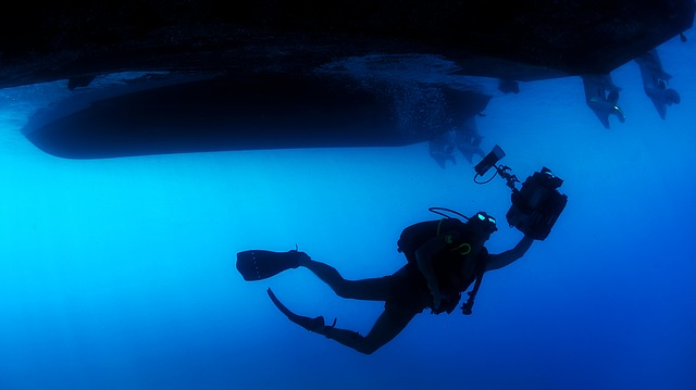 potápěč pod lodí