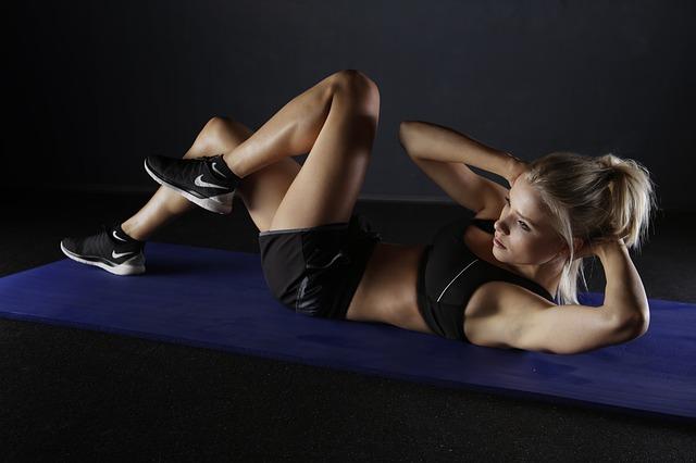 blondýna při cvičení